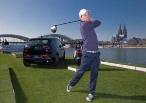 Maximilian Kieffer beim Abschlag vor dem Dom Foto: BMW