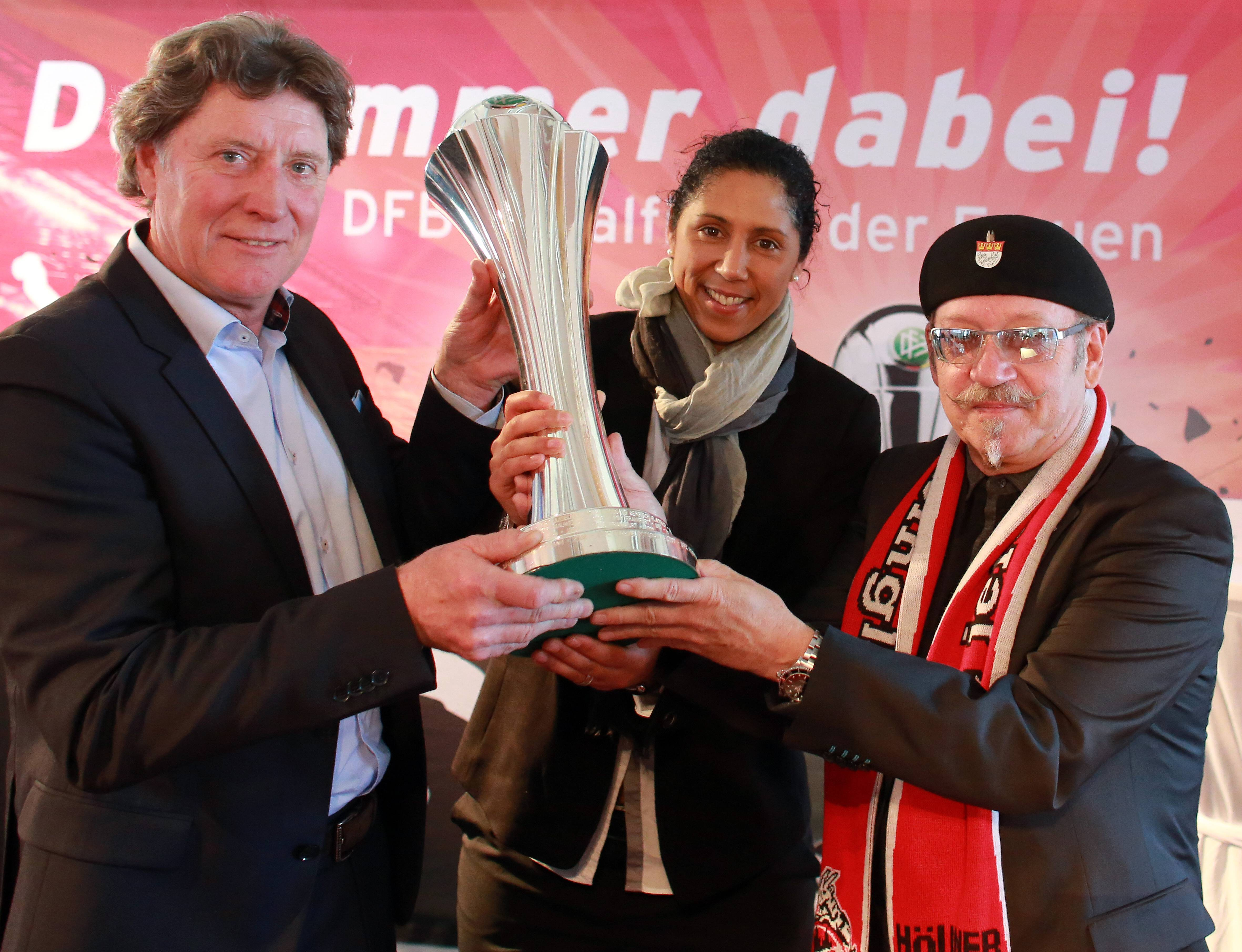 2013 übergab Steffi Jones den DFB-Pokal an Toni Schumacher und Janus Fröhlich