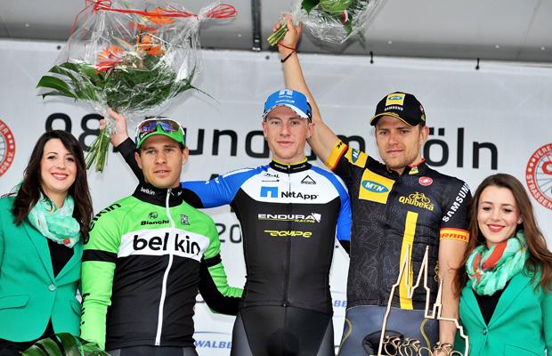 Sieger Sam Bennett (M.), flankiert vom Zweiten Markus Barry (l.) und dem Dritten Gerald Ciolek (r.). Quelle: IMAGO