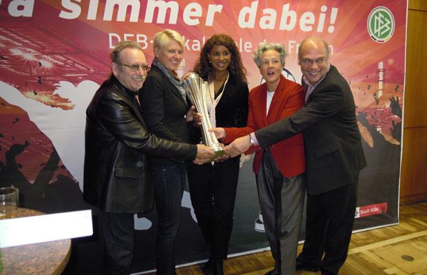 Im Pokalfieber, v.l.n.r.: Janus Fröhlich (Höhner), Doris Fitschen (DFB-Managerin), Liz Baffoe (Pokal-Botschafterin), Dr. Agnes Klein (Sport-Dezernentin) und Dirk Brennecke (FV Mittelrhein). Foto: Köln.Sport
