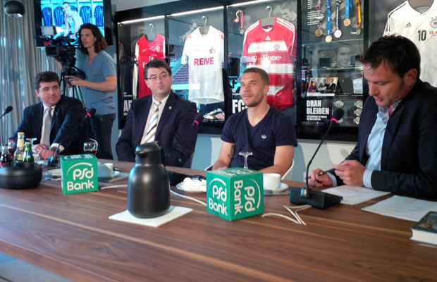 Lukas Podolski (2.v.r.) bei der Pressekonferenz in seiner Stadion-Loge. Foto: Köln.Sport