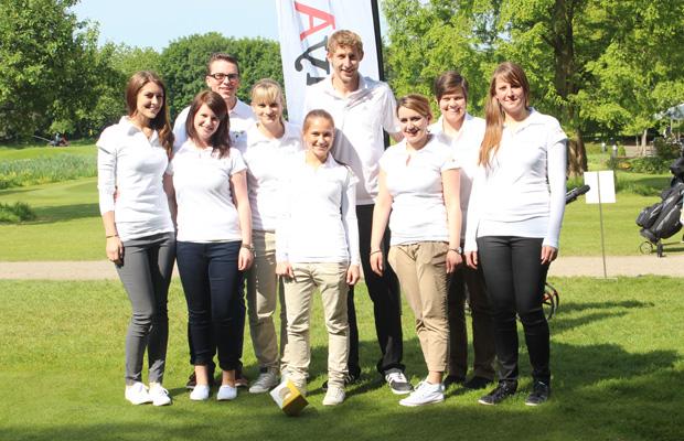 Fußball-Star Stefan Kießling mit dem jungen Organisationsteam des Turniers. Foto: Event Köln