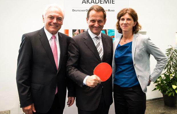 DOSB-Präsident Alfons Hörmann, flankiert von Walter Schneeloch (Präsident des LSB NRW) und Gabriele Freytag (Direktorin der Führungs-Akademie). Foto: PR