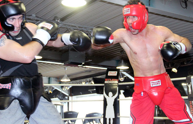 Box-Champion Felix Sturm (r.) gibt im Sparring Gas.