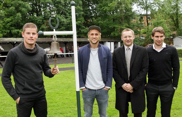 Hoher Besuch: Michael Fassbender (2.v.r.), Geschäftsführer des Kölner Rennvereins, begrüßt Timo Horn, Marcel Risse und Patrick Helmes (v.l.). Foto: Kölner Rennverein