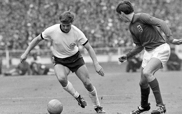 Das größte Spiel: Weber (l.) im WM-Finale 1966 gegen England. Foto: IMAGO
