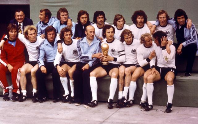 Die deutsche Mannschaft feiert den Titel 1974. Cullmann sitzt rechts oben. Foto: IMAGO