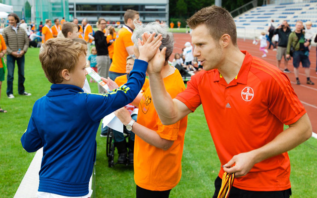 Paralympics-Sieger und Weltrekordhalter Markus Rehm war Stargast des KinderSportFestes. Foto: KKSF