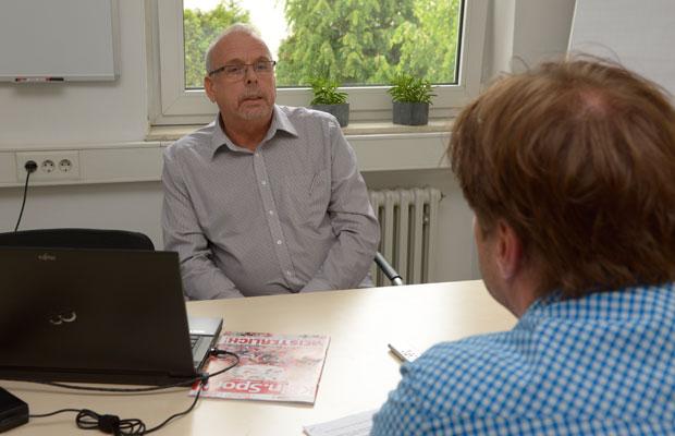 Der Stadtsportbund-Vorsitzende Klaus Hoffmann (l.) im Gespräch mit Köln.Sport. Foto: Horst Fadel
