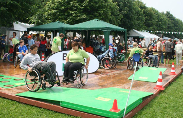 """Beim """"Tag der Begegnung"""" kann man auch einen Rollstuhlparcours erproben. Foto: BSNW"""