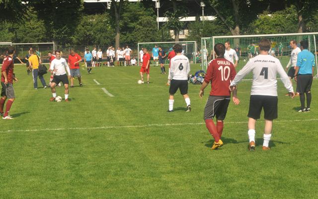 Beim Veedelscup treffen sich auch in diesem Jahr die Amateurkicker Kölns auf den Vorwiesen des Stadions. Foto: Benjamin Horn