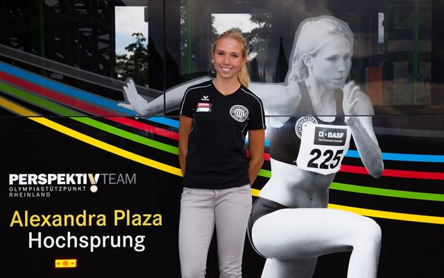 Hochspringerin Alexandra Plaza vor ihrem Motiv auf dem OSP-Bus. Foto: OSP Rheinland