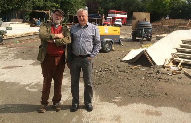 """Andreas Kossiski (r.) mit Dieter J. Ortsiefer auf der Baustelle der """"Northbrigade"""" in Nippes . Foto: privat"""