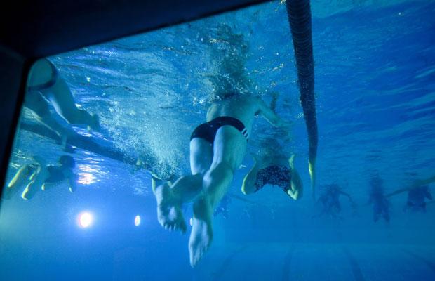 Schwimmvergnügen in den Bädern. Foto: IMAGO/Horst Rudel