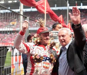 FC-Legende Hans Schaefer bedankte sich persönlich bei den Fans für die Choregrafie mit seinem Abbild Foto: IMAGO / Thilo Schmülgen
