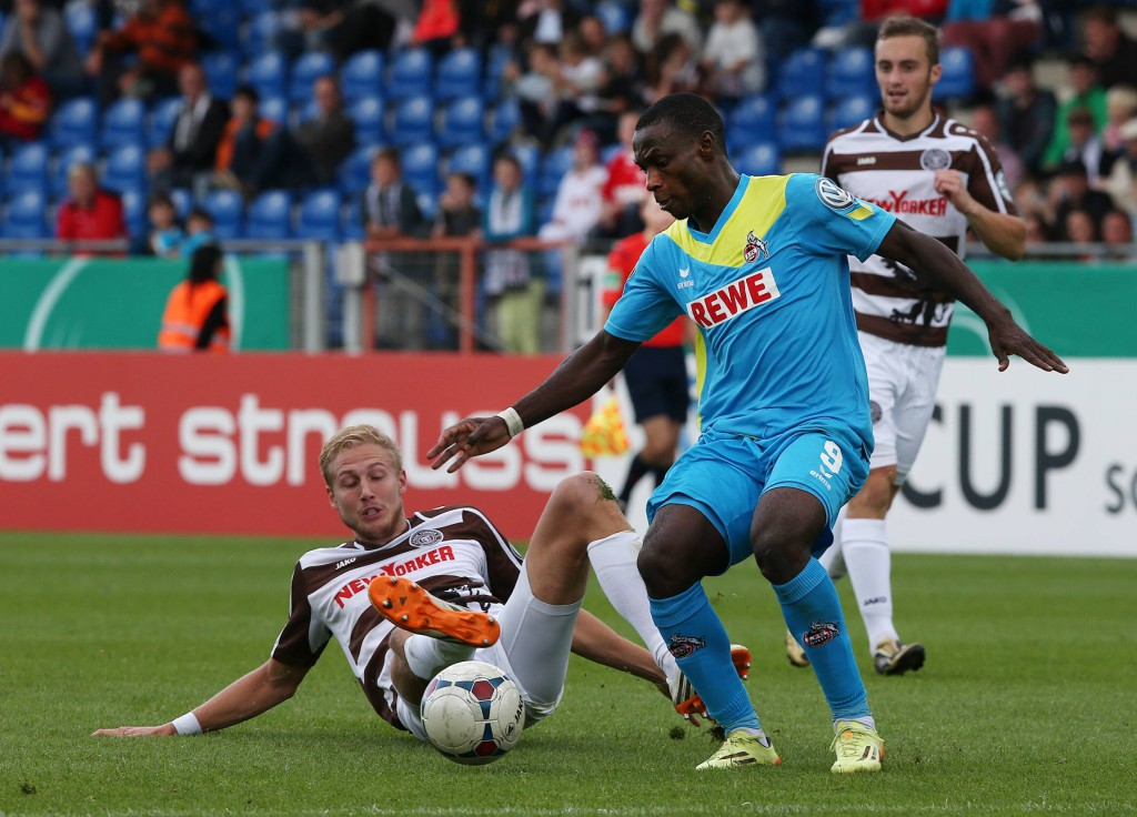 Stürmer Anthony Ujah (r.) siegte mit dem FC 4:0 bei Viertligist FT Braunschweig. Foto: IMAGO/Hübner