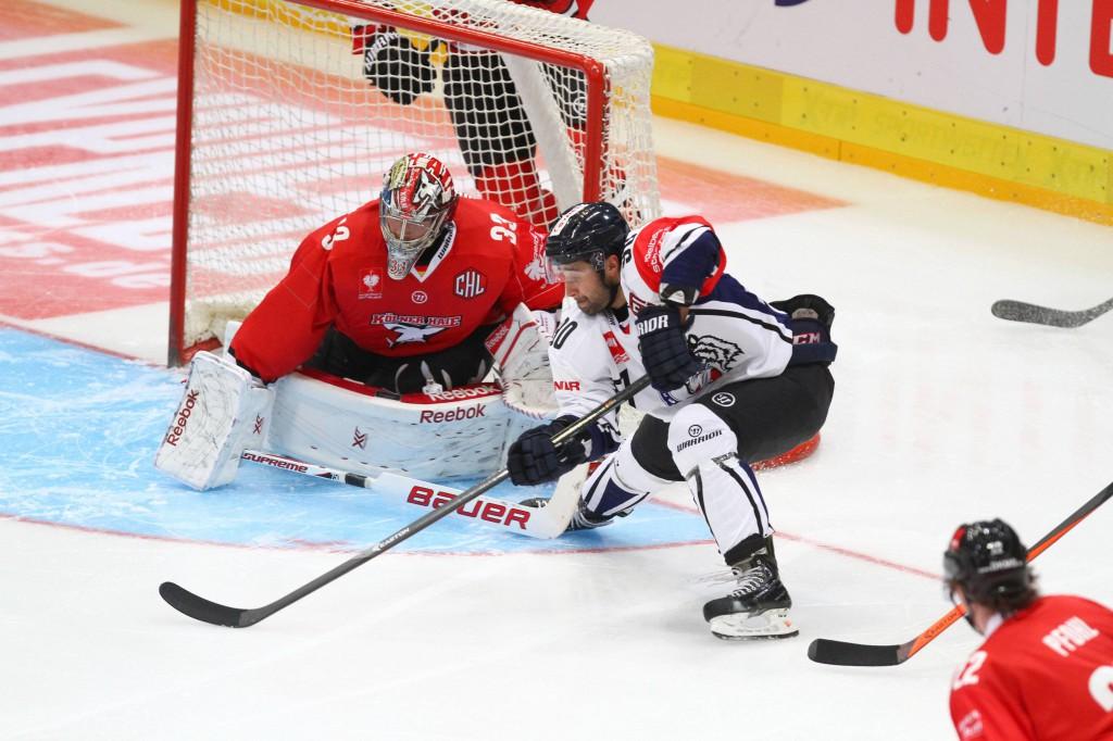 KEC-Goalie Danny aus den Birken stand auch gegen Liberec oft im Fokus und zeigte trotz Niederlage eine gute Leistung Foto: IMAGO/Eibner