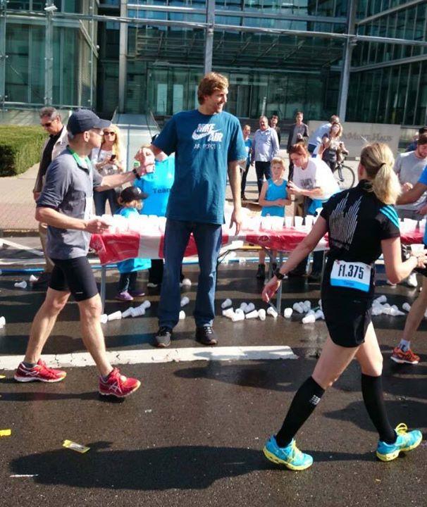 An Kilometer 34,5 versorgte Basketball-Star Dirk Nowitzki die Teilnehmer am Verpflegungsstand der Ford Werke und des Bundessprachenamtes mit Wasser Foto: Köln Marathon