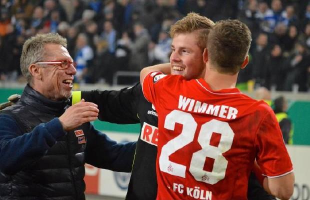 Alle feiern nach dem Elfmeterschießen Torwart Timo Horn – nun geht es gegen den SC Freiburg weiter. Foto: imago / Jan Huebner
