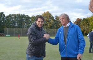 Stürme Patrick Helmes mit Erich Rutemöller beim Handshake in Köln-Weiden