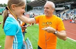 Der Stadtsportbund-Vorsitzende (r.) bei der Siegerehrung auf dem Kindersportfest 2014. Foto: HEIMSPIELE/P. Eilers
