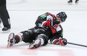 Evan Rankin und die Kölner Haie machen aktuell eine schwierige Phase durch. Der Neuzugang zog sich gegen Ingolstadt ein Schleudertrauma zu, der KEC verlor anschließend sein achtes Spiel in Serie Foto: IMAGO/Beautiful Sports