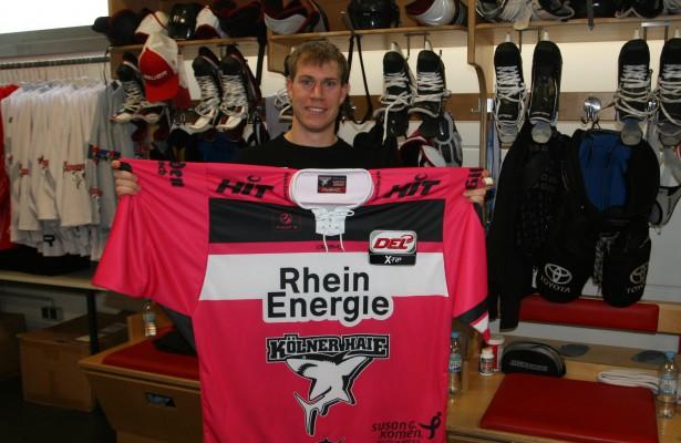 Haie-Stürmer Andreas Falk präsentiert das pinke Trikot, mit dem der KEC am Freitagabend gegen München antreten wird Foto: Kölner Haie