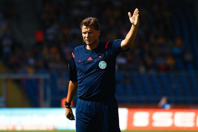 Seine Ansetzung sorgt für Unmut bei den FC-Fans: Schiedsrichter Thorsten Kinhöfer Foto: imago/Christian Schroedter