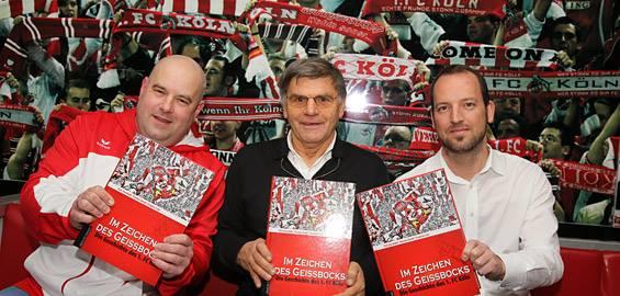 FC-Legende Wolfgang Weber (Mitte) war auf Einladung der Autoren Dirk Unschuld und Frederic Latz (v.l.) bei der Präsentation der dritten Auflage der Vereinschronik dabei Foto: Helmut Löwe