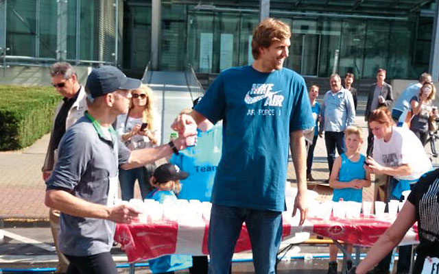 Prominenter Besuch beim letzten Marathon: NBA-Superstar Dirk Nowitzki half am Verpflegungsstand Foto: RheinEnergieMarathon Köln