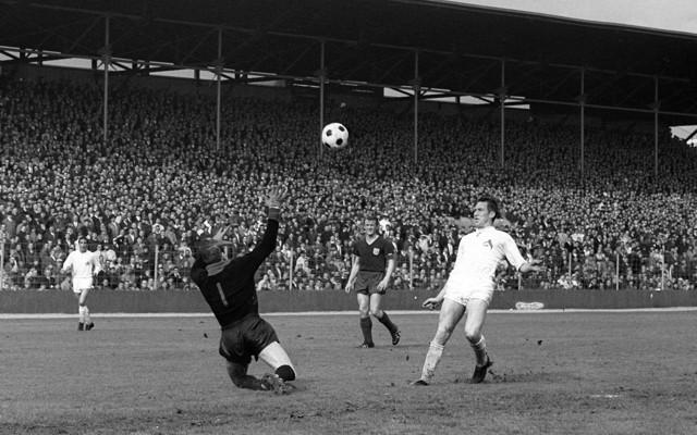 FC-Legende Fritz Pott: Setzt einen sehenswerten Lupfer gegen Bayern-Torwart Sepp Maier. Foto: imago / Werek