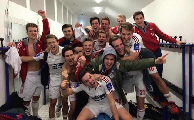 Grenzenloser Jubel über knappen Sieg: Die Herren von Rot-Weiss Köln feiern den Endrundeneinzug Quelle: Facebook 1. Herren Rot-Weiss Köln