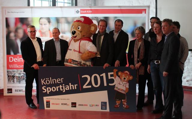 v. l. n. r. Hr. Dr. Andreas Höfer (DSOM), Sonja Fuss (Sportbotschafterin), Sebastian Conrad (DSOM), Shary Reeves (Sportbotschafterin), Walter Eschweiler (Sportdiplomat), Andreas Krämer (REWE), TropS, Toni Schumacher (Sportbotschafter), Stefan Löcher (LANXESS arena), Janine Kunze (Sportbotschafterin), Thomas Krämer (EHF / Stadionwelt), Dr. Agnes Klein (Dezernentin für Bildung, Jugend und Sport), Michael Fiedler (Köln.Sport), Petra Hoffmann (Känguru), SDonja Bouchireb (Känguru) Foto: Stadt Köln