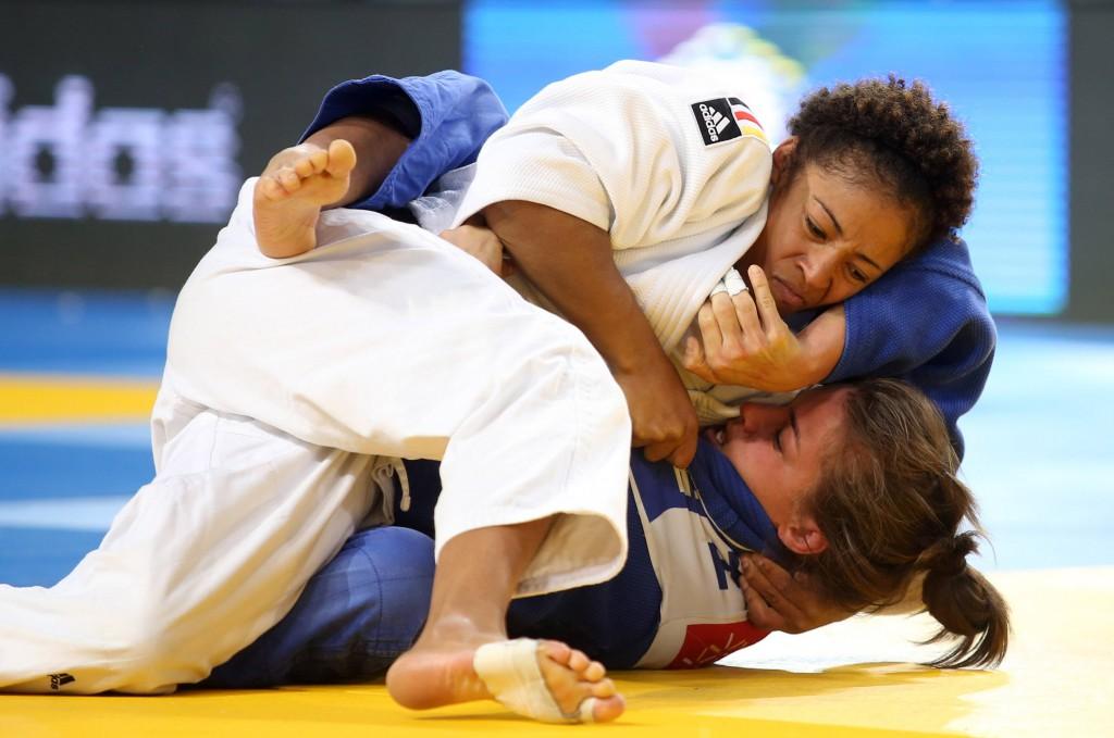 Miryam Roper (im weißen Judo-Anzug) setzt sich bei der Deutschen Meisterschaft in Bonn gegen die Konkurrenz durch Foto: IMAGO/ GEPA pictures