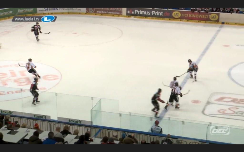 Die entscheidende Szene: Der Puck ist deutlich hinter der blauen Linie Foto: Screenshot laola1.tv