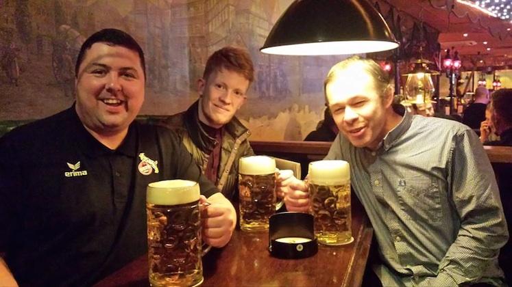"""Auf Auswärtstour mit dem 1. FC Köln: Stuey Nichols (l.) erfreut sich zusammen mit seinen englischen Fanclub-Kollegen nicht nur am 2:0-Sieg seiner """"Geißböcke"""" in Hamburg Foto: privat"""