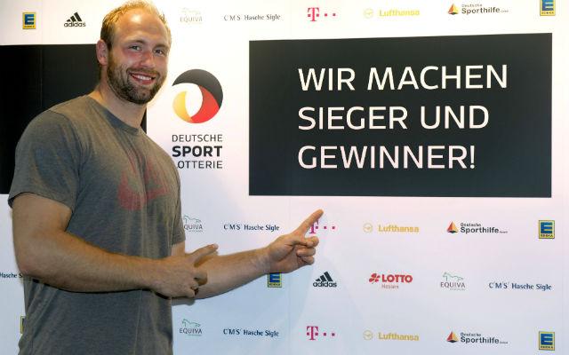 Initiator und Diskus-Olympiasieger Robert Harting rührt die Werbetrommel für die Deutsche Sportlotterie. Foto: imago/Camera 4