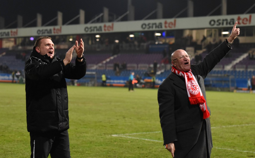 Uwe Koschinat (l.) und Fortuna-Präsident Klaus Ulonska bejubeln den Auswärtssieg in Osnabrück. Foto: IMAGO/Jan Huebner