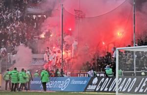 Kölner Fans brennen beim Derby in Mönchengladbach Pyrotechnik ab.  Foto: image/Eibner