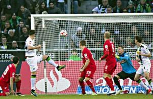 Der Moment der Entscheidung: Granit Xhaka köpft zum Derbysieg ein Foto: imago/Moritz Müller