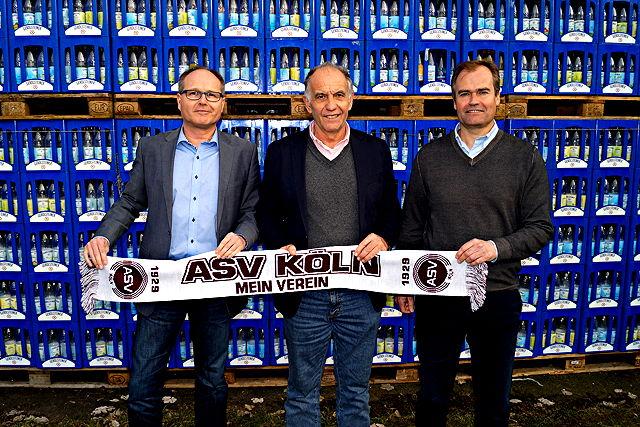 Freuen sich über die neue Partnerschaft: ASV-Präsident Walter Bungard (m.) sowie Harald Stadler (l., Vertriebsdirektor Gerolsteiner Brunnen) und Marcus Macioszek (Gerolsteiner Marketingleiter) Foto: ASV Köln