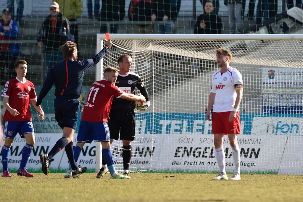Fortuna Kapitän Daniel Flottmann (r.) sah wegen einer Notbremse die Rote Karte Foto: IMAGO/Buthmann