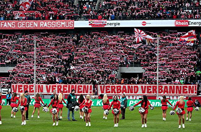 Unmut über die DFB-Sanktionen: Fanproteste beim FC-Heimspiel gegen Werder Bremer Foto: imago/Thilo Schmülgen