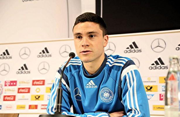 Stand bei der Pressekonferenz des DFB-Teams Rede und Antwort: FC-Außenverteidiger Jonas Hector Foto: imago/Schüler