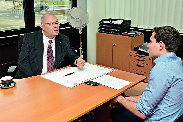 Im Gespräch: Viktoria-Boss Franz-Josef Wernze stand Köln.Sportler Stefan Kühlborn Rede und Antwort Foto: Horst Fadel