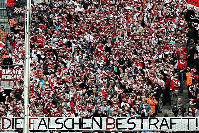 Protestbanner der FC-Fans: Am Sonntag gegen Hoffenheim mussten zwei Blöcke der Südtribüne freibleiben Foto: imago/Eibner