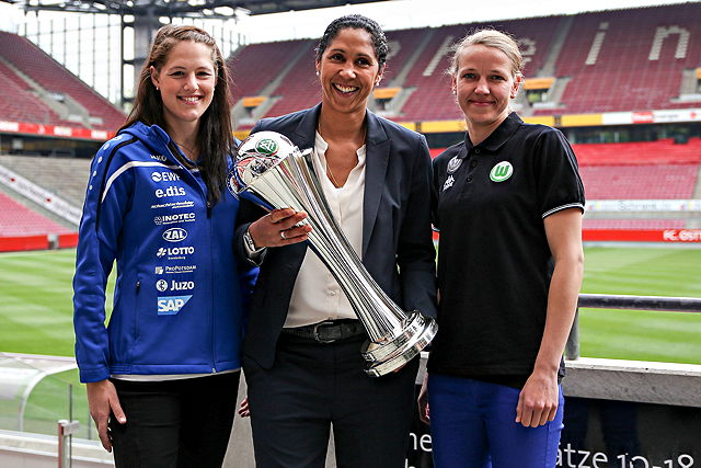 Der Pokal der Begierde: Steffi Jones (m.) mit dem DFB-Pokal Foto: imago/foto2press