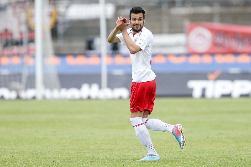 Begleitet von Sprechchören der Fortuna-Fans kehrt Ozan Yilmaz in der 58. Spielminute auf den Rasen im Südstadion zurück