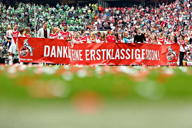 Bedankten sich nach dem Spiel bei den Fans: Die Spieler des 1. FC Köln Foto: imago/Thilo Schmülgen