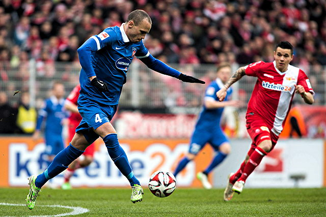 Ab sofort für Viktoria Köln am Ball: Dennis Malura (l.)  Foto: imago/Sebastian Wells